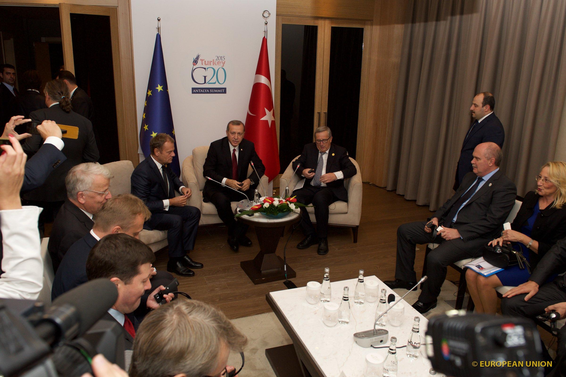 Bei ähnlichen Gesprächen mit den jeweiligen Vorgängern Jean-Claude Juncker und Donald Tusk saß man stets zu dritt auf Augenhöhe. Foto: The European Union