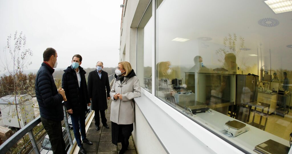 Bundeskanzler Sebastian Kurz zu Besuch bei Polymun im November 2020. Foto: BKA/ Dragan Tatic