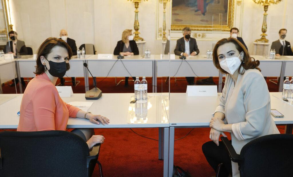 v.l. Ministerin Karoline Edtstadler (ÖVP) & Alma Zadic (GRÜNE); Foto: BKA/Dragan Tatic