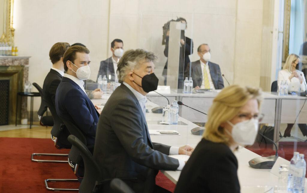 v.l.: Bundeskanzler Sebastian Kurz (ÖVP, Vizekanzler Werner Kogler (GRÜNE) & Ministerin Leonore Gewessler (GRÜNE); BKA/Dragan Tatic