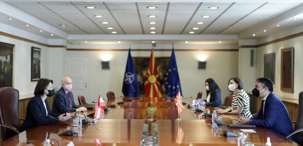Ministerin Edtstadler bei den Gesprächen in Skopje. Foto: BKA/ Any Wenzel