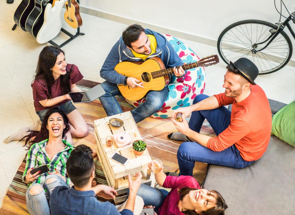Die Jugend freut sich auf Begegnungen, sorgt sich um Gesundheit, um Jobs und um Umwelt; Foto: iStock/ DisobeyArt