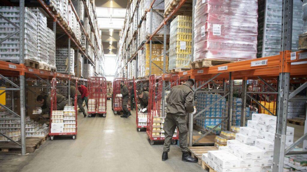 Soldaten helfen in Lebensmittellager, Foto: Bundesheer/Pusch