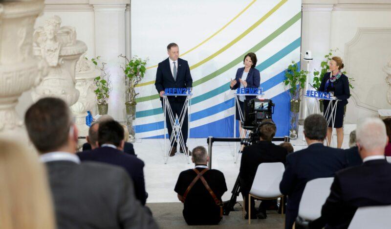 Ministerin Edtstadler und ihr irischer Amtskollege bei Gesprächen am Europa Forum. Foto: BKA/ Andy Wenzel