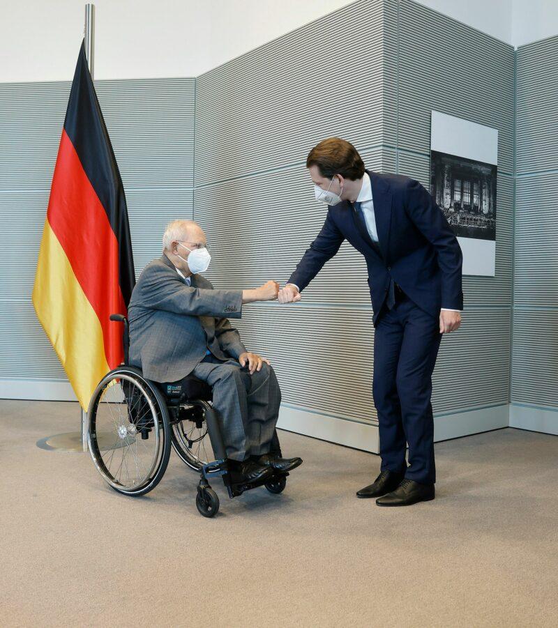 Sebastian Kurz beim Austausch mit Wolfgang Schäuble (CDU). Der Politiker sitzt seit einem versuchten Attentat auf ihn im Rollstuhl. Foto: BKA/ Dragan Tatic