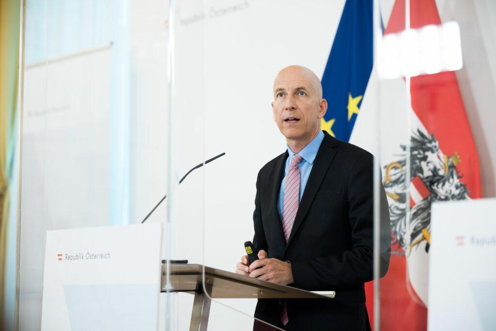Arbeitsminister Martin Kocher: Entwicklung verläuft besser als erwartet; BKA/Christopher Dunker