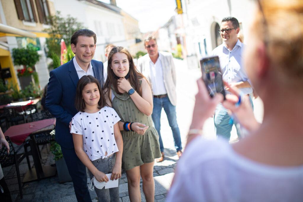 Ein Erinnerungsfoto mit dem Bundeskanzler: Sebastian Kurz auf Sommertour in Melk. Foto: ÖVP