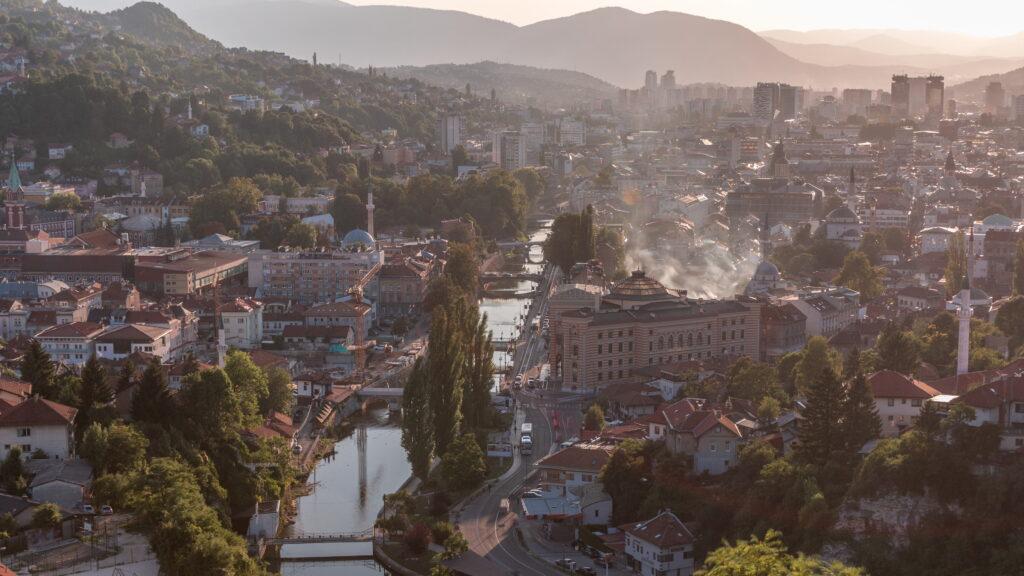 Historische Altstadt von Sarajevo - Foto: iStock/Kyrylo Neiezhmakov