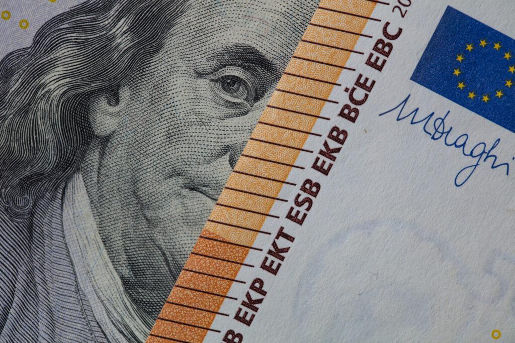 Ob US-Dollar oder Euro: Global tätige Unternehmen sollen eine weltweit geltende Mindeststeuer bezahlen. Foto: iStock/Ruslan Lytvyn