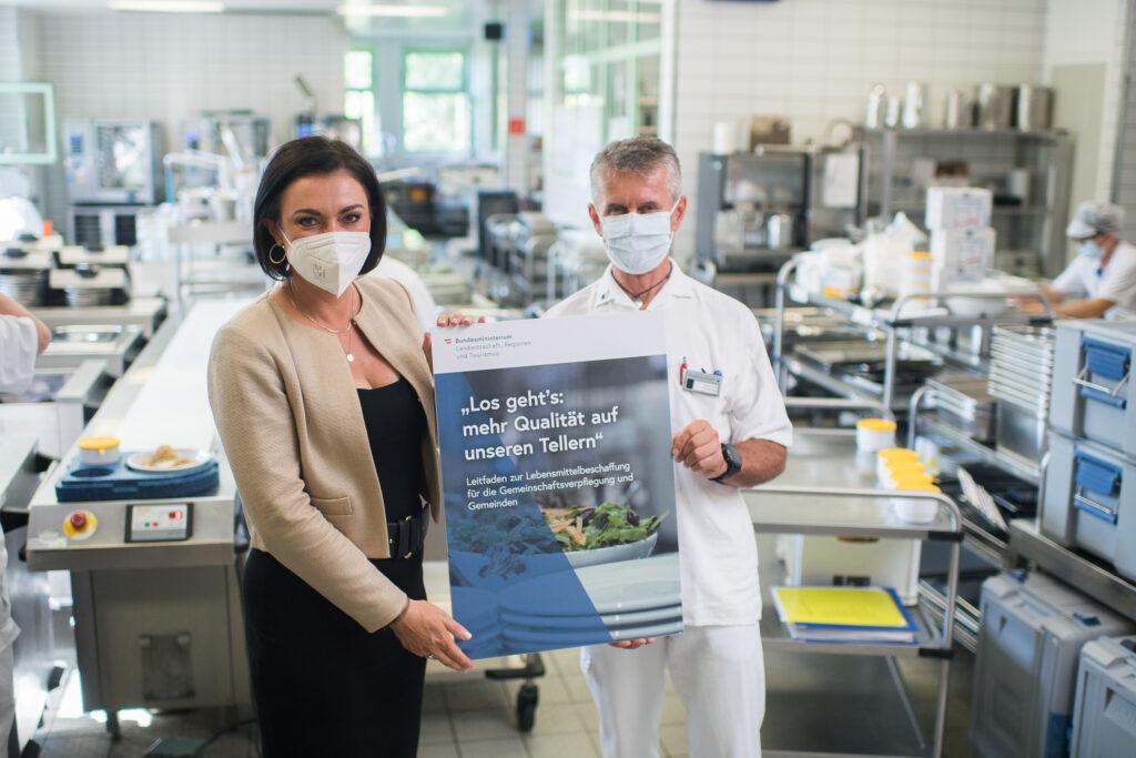Landwirtschaftsministerin Elisabeth Köstinger und Küchenchef des NÖ Pflege- und Betreuungszentrum Wr. Neustadt, die schon jetzt auf 80 Prozent regionale Produkte setzen. Foto: BMLRT/Paul Gruber