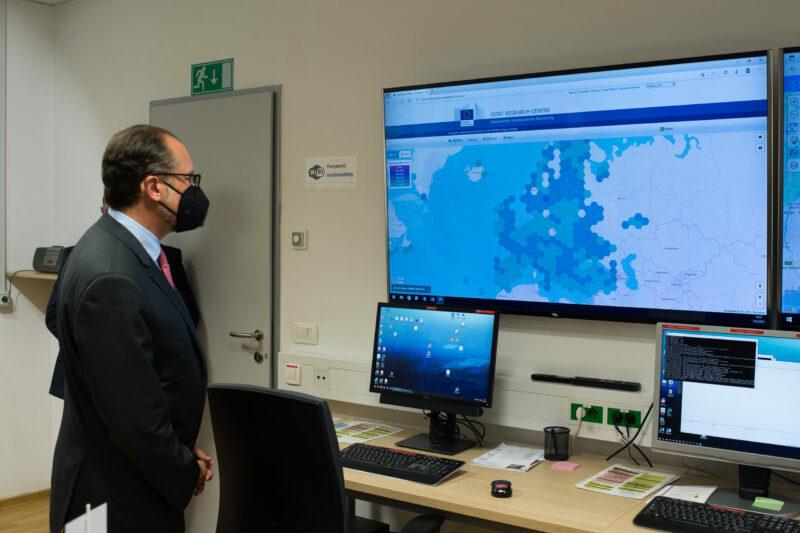"""Außenminister Alexander Schallenberg bei der Besichtigung des """"Nuclear Emergency Preparedness Centre"""" in Ljubljana. Foto: BMEIA/ Michael Gruber"""