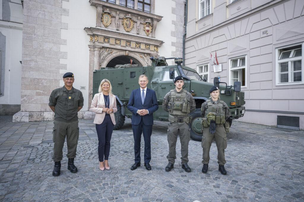 """Ministerin Tanner & Landeshauptmann Stelzer vor einem """"AC-Dingo"""" in Linz. - Foto: Land OÖ/Max Mayrhofer"""