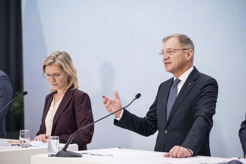 v.L: Verkehrsministerin Leonore Gewessler, LH Thomas Stelzer - Foto: Max Mayrhofer