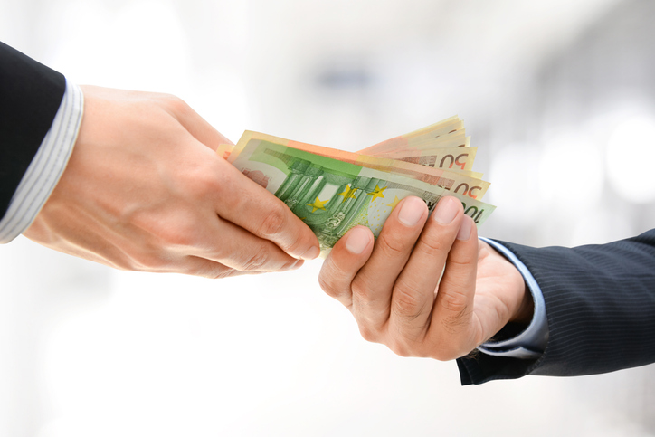 """Die ÖVP fordert die Grünen auf, die """"dubiosen Spenden von Milliardären und Immobilien-Unternehmern offenzulegen"""". - Foto: iStock/Atstock Productions"""