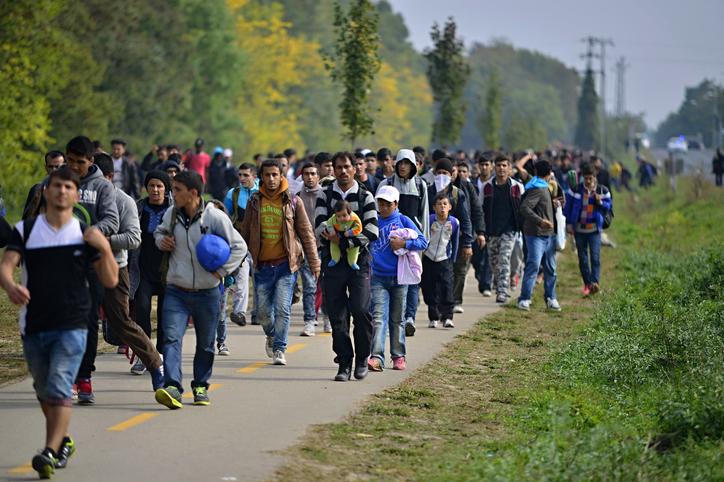 Flüchtlinge im Jahr 2015 am Weg von Ungarn in Richtung Österreich - Foto: iStock/RadekProcyk