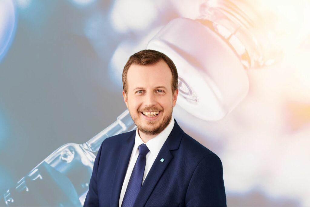 """""""Unser einziger Ausweg aus dieser Pandemie ist die Impfung"""", so Dr. Karlheinz Kornhäusl - Foto: VP-Parlamentsklub/iStock: Amornrat Phuchom"""