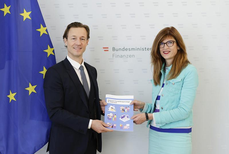 Finanzminister Gernot Blümel & Nicola Brandt, Leiterin des OECD Berlin Centers, präsentierten die Finanzbildungsstrategie - Foto: BMF/Wenzel
