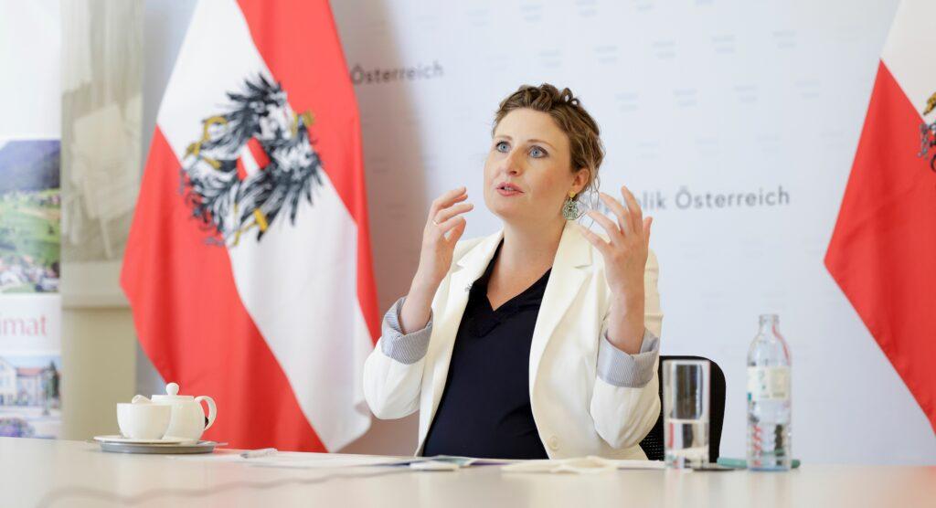 Bundesministerin Susanne Raab im Gespräch mit Zur-Sache. - Foto: Andy Wenzel/BKA