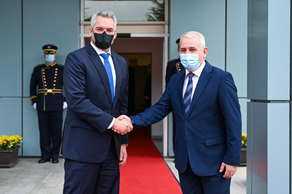 Karl Nehammer mit dem kosovarischem Innenminister Xhelal Sveçla Foto: BMI/Makowecz