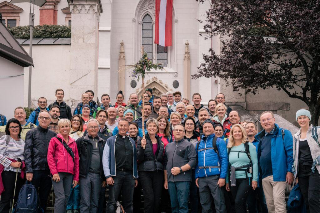 Am Ziel der Wallfahrt: Klubobmann August Wöginger und Peter Schipka (Mitte, links) mit einem Teil der Wallfahrer vor der Basilika Mariazell. Foto: Garima Smesnik