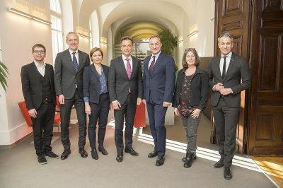 v.l.n.r.: Robert Krotzer (KPÖ), Günter Riegler (ÖVP), Judith Schwentner (Grüne), Siegfried Nagl (ÖVP), Mario Eustacchio (FPÖ), Elke Kahr (KPÖ), Kurt Hohensinner (ÖVP); Foto: Graz/Fischer