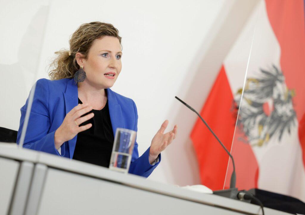 """""""Dürfen Augen nicht vor Fakten verschließen"""", so Ministerin Susanne Raab - Foto: BKA/Andy Wenzel"""
