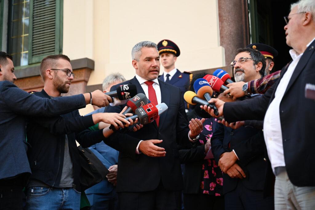 Karl Nehammer vor Medien in Albanien. Foto: BMI/Makowecz