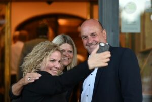 FBM Klaudia Tanner beim ÖAAB in Wals-Siezenheim mit ÖAAB-Ortshefin Marlen Wörndl und Bürgermeister Joachim Maislinger; Foto: Wörndl