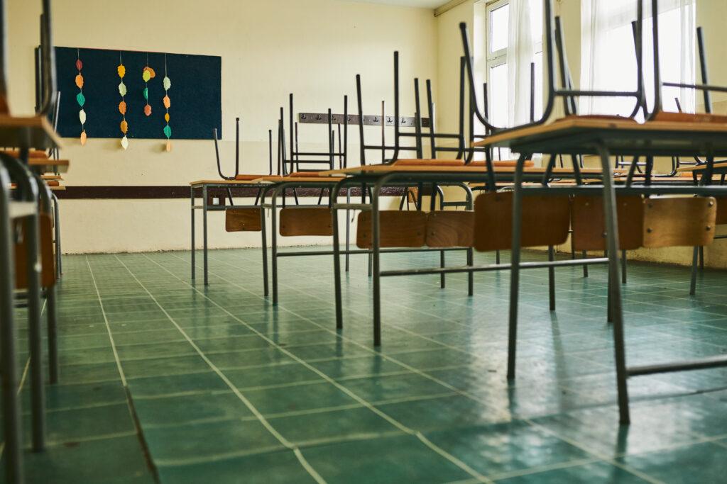 Wiederkehrs Kürzungen bei Lehrerstunden sorgen für laute Kritik - Foto: iStock, Charli Bandit