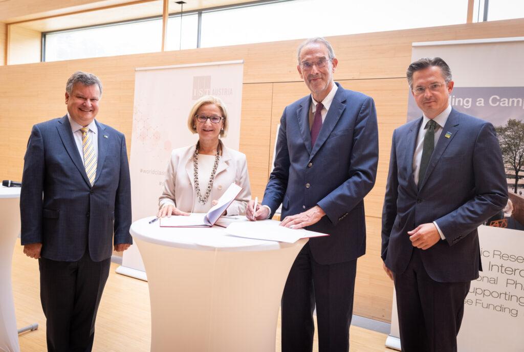Großer Auftakt bei der Unterzeichnung der Vereinbarung für die Finanzierung des IST - Foto: Credit: IST Austria/Anna Stöcher
