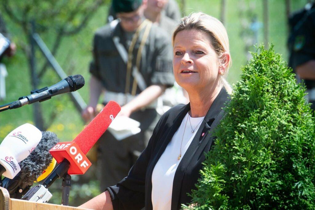 Verteidigungsministerin Klaudia Tanner bei einem Festakt des Bundesheers. - Foto: ÖBH/Pusch