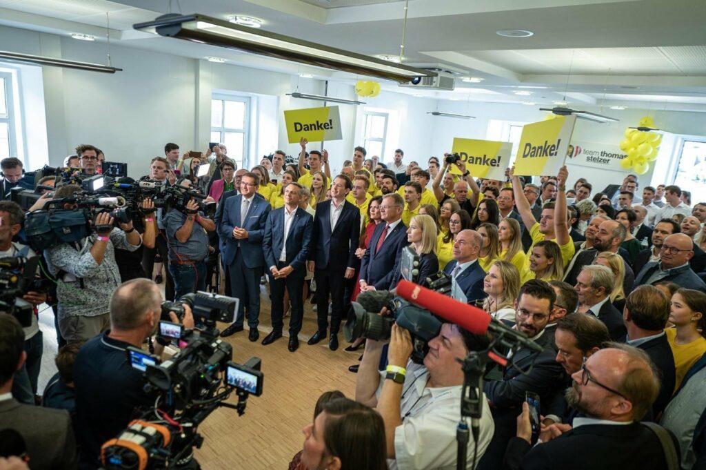 Spannende Momente: Landeshauptmann Stelzer und sein Team kurz vor der Verkündung des Wahlergebnisses. - Foto: OÖVP