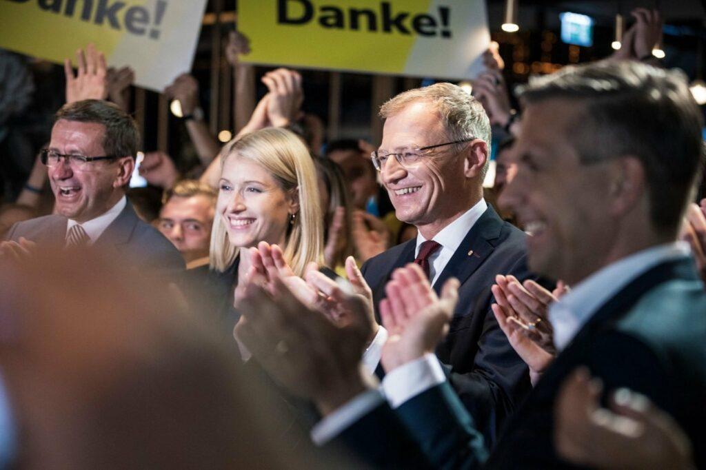Ein starkes Ergebnis: LH Thomas Stelzer freut sich über den großartigen Wahlsieg. - Foto: Thomas Stelzer/Facebook