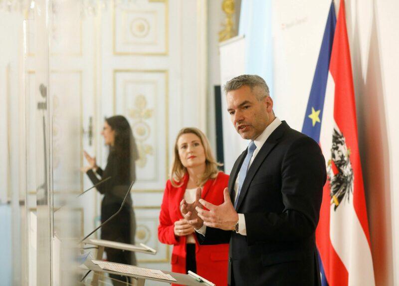 Frauenministerin Raab und Innenminister Nehammer beim Gewaltschutzgipfel der Bundesregierung im November 2020. Foto: BKA/ Dragan Tatic