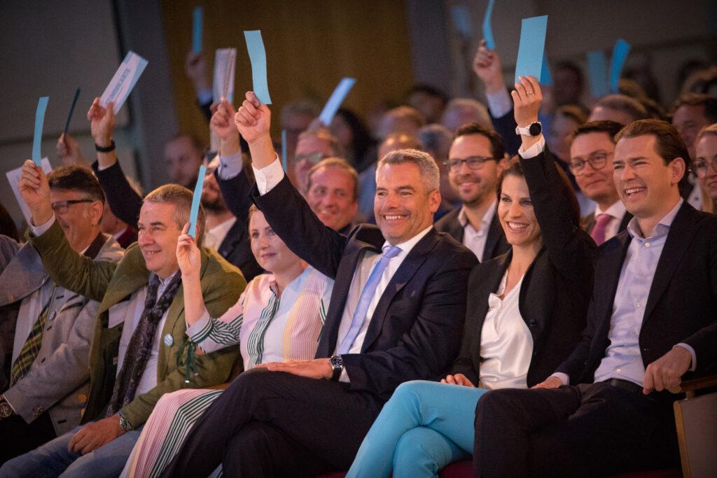 Zahlreiche Ehrengäste, u.a. BK Sebastian Kurz, BM Karl Nehammer, BM Susanne Raab und BM Karoline Edtstadler besuchten den ÖAAB-Bundesparteitag - Foto: Jakob Glaser