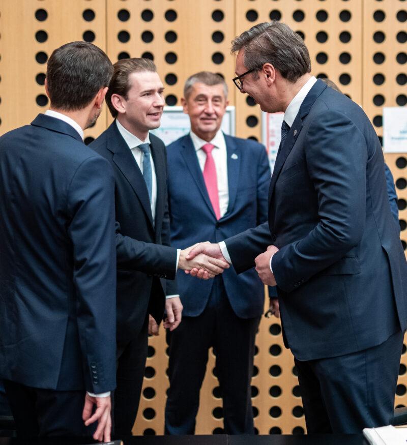 Bundeskanzler Kurz spricht beim Westbalkangipfel mit dem Ministerpräsident Serbiens, Aleksandar Vučić. Foto: Arno Melicharek
