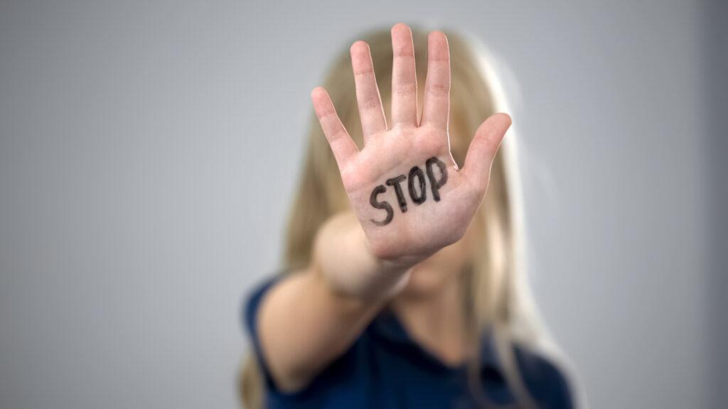 Die Bundesregierung setzt Maßnahmen gegen Gewalt an Frauen und Kindern. Foto: iStock/ Motortion